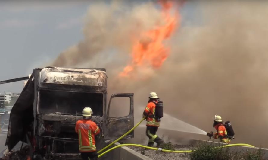 ++ FLAMMENINFERNO AUF A81 ++ [Feuerwehren kämpfen mit fehlender Löschwasserversorgung auf der BAB]