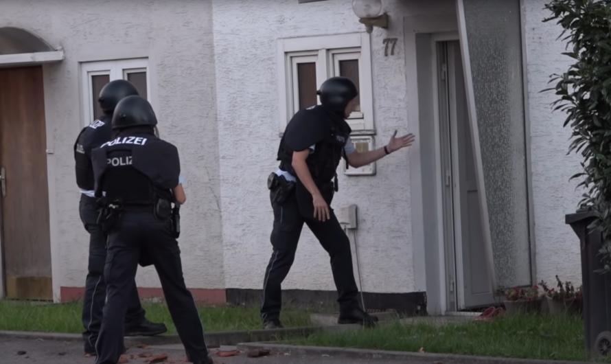 WAIBLINGEN: POLIZEI & FEUERWEHR EINSATZ MIT GEFAHRENLAGE – [Vulgäres Vokabular beim Mann auf Dach]