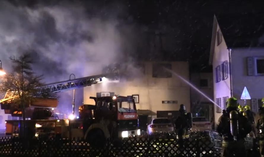 GEBÄUDEBRAND in PEROUSE – Feuerwehren mit Löscharbeiten & Drehleiter im Einsatz [E]