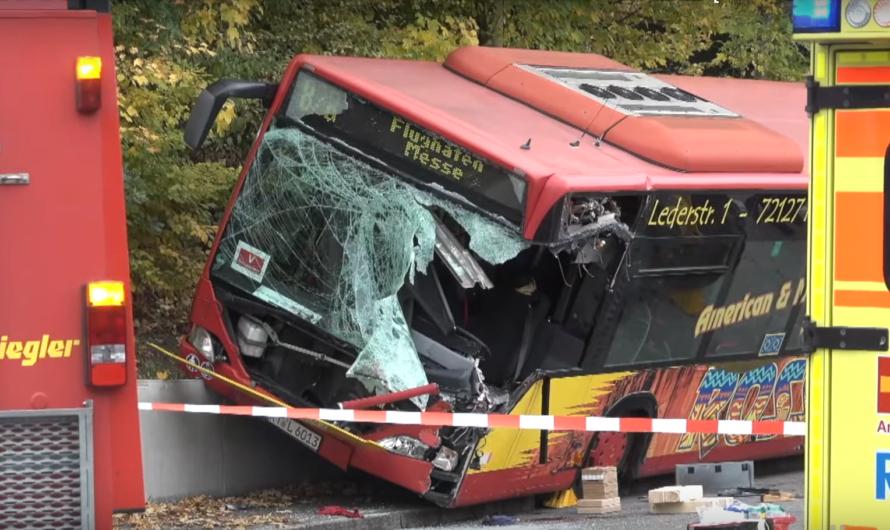 🚨🚨 RADLADER KRACHT IN LINIENBUS – BUSFAHRER EINGEKLEMMT🚨🚨 [Mehrere Verletzte in Dettenhausen 🚑🚒] [5]