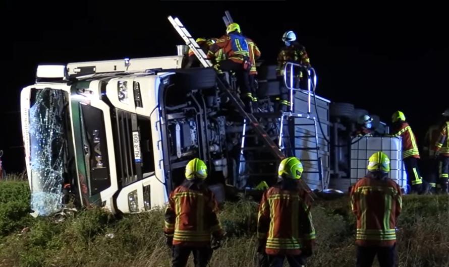 NELLINGEN: LKW UMGEKIPPT] – Feuerwehr 🚒 befreit Fahrer aus Kabine – (Vollsperrung L1233) – [E]