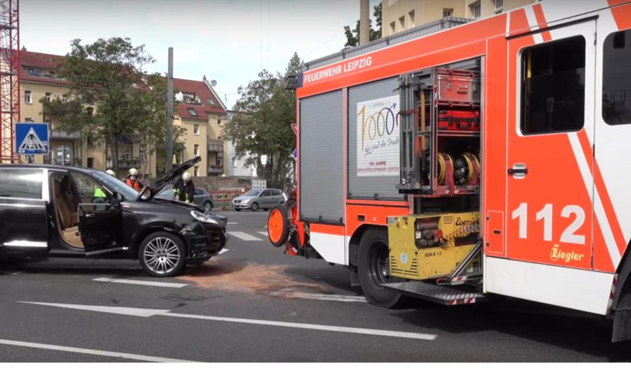 ++ PORSCHE KRACH GEGEN LIMOUSINE ++ 🚒 Feuerwehr muss verletzte Beifahrerin befreien [E]