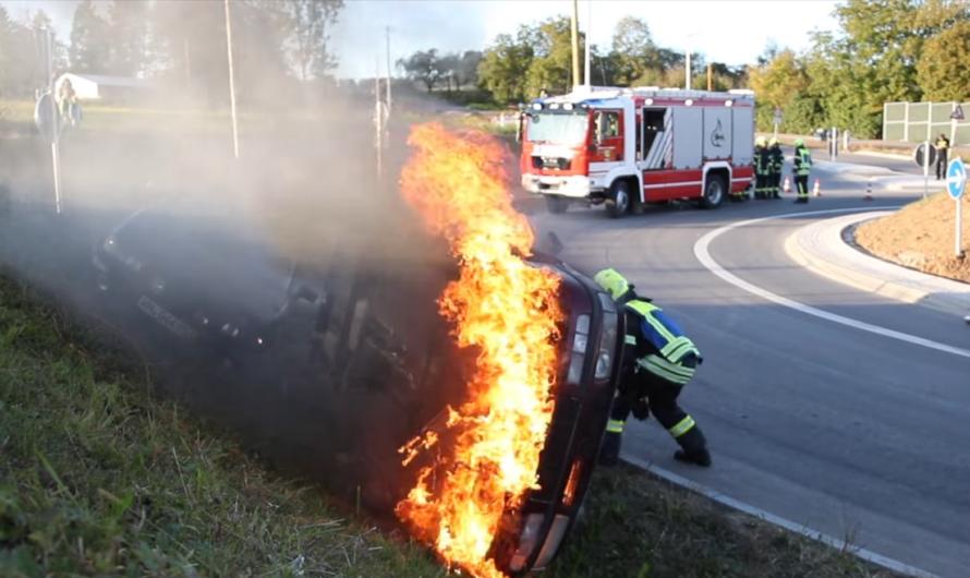 [2019 – Berglen] UNFALL im KREISVERKEHR – Fahrzeugbrand mit Personenrettung (Einsatzübung) – [Ü]