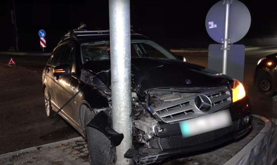 Neuhausen: AM STEUER EINGEPENNT… (Übermüdung) – Mercedes gegen Ampelmast gesetzt – [E]