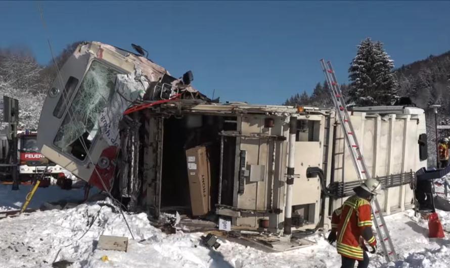 ▶️ GLÜCK 🍀 beim ZUGUNGLÜCK – [ ZUG contra LKW ] – Triebfahrzeug & Mülllaster umgekippt | Gomadingen
