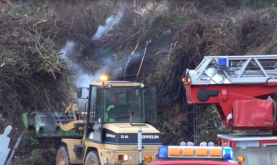 [Brand auf Kompostierungsanlage] 🚒 Feuerwehr Plochingen mit Löscharbeiten im Einsatz