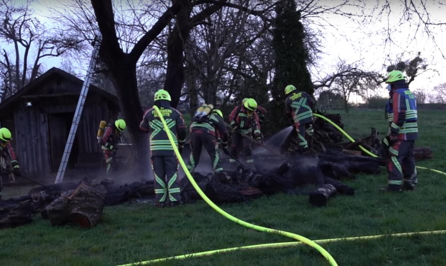 🚒 Feuerwehreinsatz in Althütte – Funkenflug aus Feuerschale entzündet Holzstapel – Feuerwehr löscht