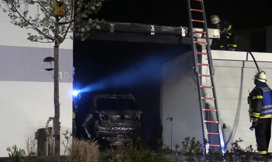 [PKW-Brand unter Carport] – Feuerwehr Heiningen löscht und verhindert übergriff auf Wohnhaus