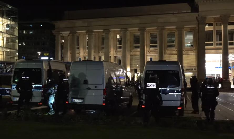 """❌ Chaoten heizen Stimmung in Stuttgart an: """"ACAB""""-Rufe + Flaschenwürfe ➡️ Polizei [+ Deeskalation] ❌"""