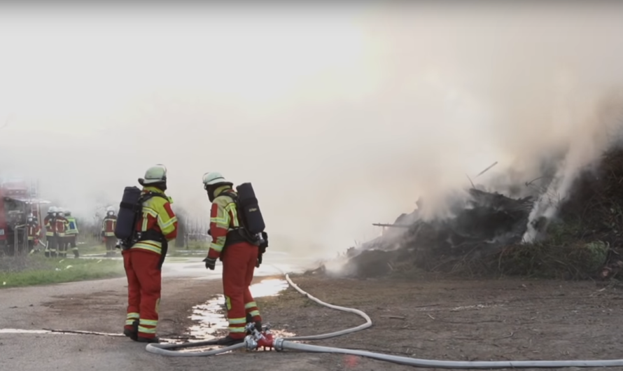 🔥 Feuer auf Häckselplatz 🔥 | 🚒 Feuerwehr Ludwigsburg mit Manitou + Gemmrigheim & Walheim im Einsatz