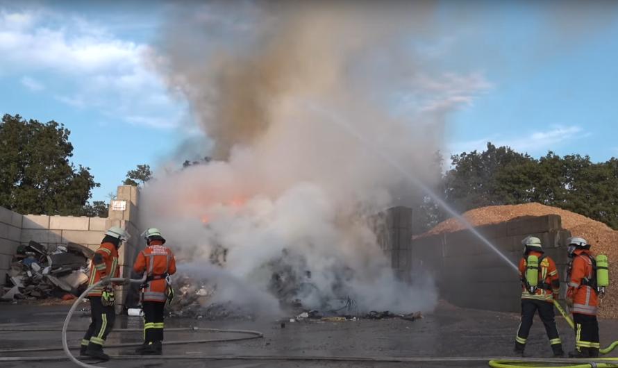 🔥 Feuer 2 mit Flammen auf Wertstoffhof in Korntal-Münchingen 🔥 🚒 Feuerwehren im Brandeinsatz 🚒