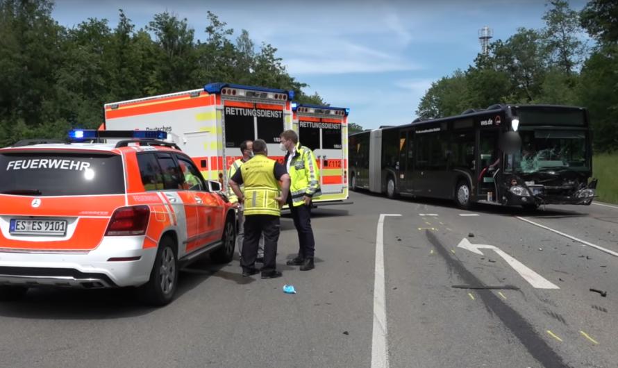 ▶️ PKW contra Bus – 83-Jähriger missachtet Vorfahrt & stirbt ◀️ 🚒 Feuerwehr Esslingen + RD 🚑