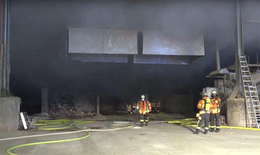 🔥 Feuer 1 mit Flammen auf Wertstoffhof in Korntal-Münchingen 🔥 🚒 Feuerwehren im Brandeinsatz 🚒
