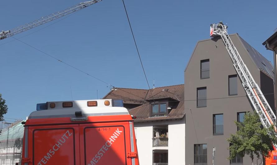 🔥 Balkonverkleidung von Dachterrasse fängt Feuer 🔥 Einsatz in Stuttgarter Wohngebiet 🚒🚨[Archivdoku]