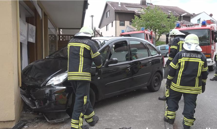 ▶️ Scherben bringen Glück ◀️ PKW kracht in Schaufensterscheibe 😱🚨 Feuerwehr Waiblingen im Einsatz 🚒