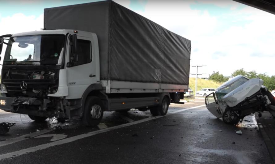 Waiblingen Westumfahrung: 🚑 E-Carsharing Golf contra LKW 🚓 🚑 Fahrerin verletzt, Kind unverletzt