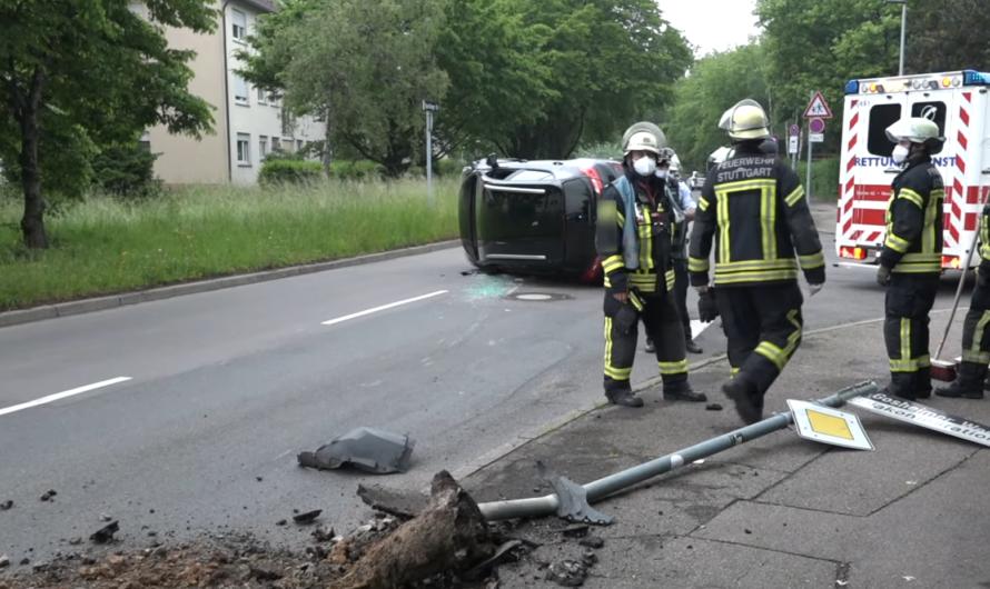 Rettungseinsatz nach Crash: 🚓 🚑 🚒 Fahrer wird über Beifahrerseite befreit – [Feuerwehr Stuttgart 🚒]