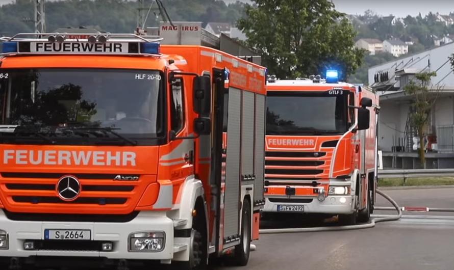 🔥 Brennender Abfall auf Recyclinghof 🔥 🚒 Feuerwehr Stuttgart mit mehreren Einsatzkräften vor Ort