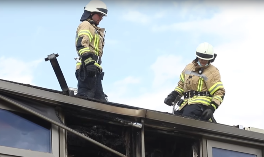 Brand auf Dach der Mensa (Anne-Frank-Schule) 🚒 Feuerwehr Fellbach mit neuer DLK im Brandeinsatz 🚒