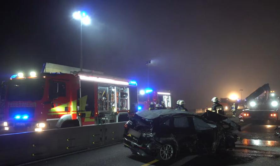 ⚠️ A8: Einsatz im Nebel 🚒 PKW landet nach Überschlag auf Gegenspur 😱 Vollsperrung bei Kirchheim/Teck